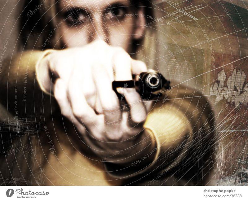 Frau hält Pistole in Kamera Farbfoto Gedeckte Farben Blick Junge Frau Jugendliche Kopf Gesicht Arme Hand 18-30 Jahre Erwachsene blond Graffiti Aggression