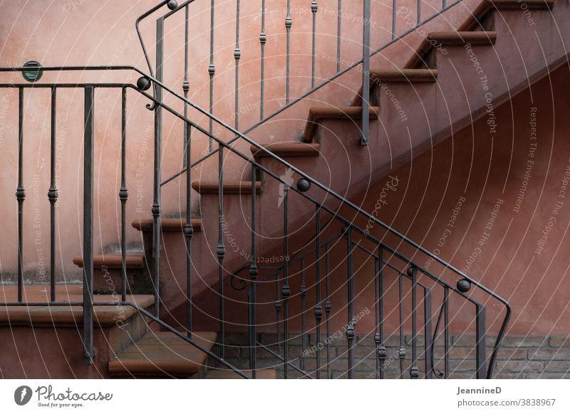 Treppe mit Geländer Treppengeländer treppensteigen Architektur abwärts aufwärts Seitenansicht aufsteigen Haus rotbraun Nostalgie Traum Erfolg Treppenhaus