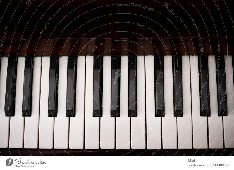 Schwarze und weiße Tasten eines klassischen Klaviers. Luftaufnahme. Keyboard Musical schwarz Skala Klassik Musik Hinweis Instrument Oktave Schlüssel