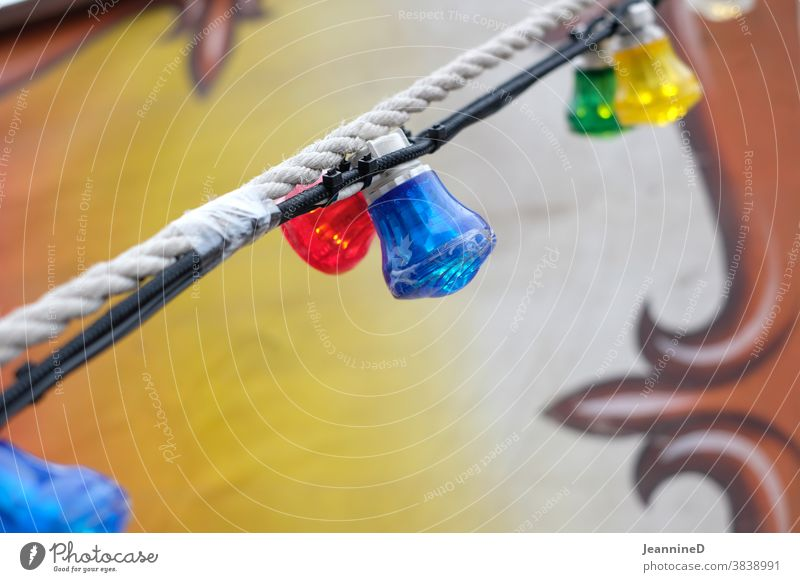 rot blau gelb grün Lampengirlande Girlande Feste & Feiern Zirkus Jahrmarkt Außenaufnahme Glühbirnen bunt Fröhlichkeit Dekoration & Verzierung Freude Event