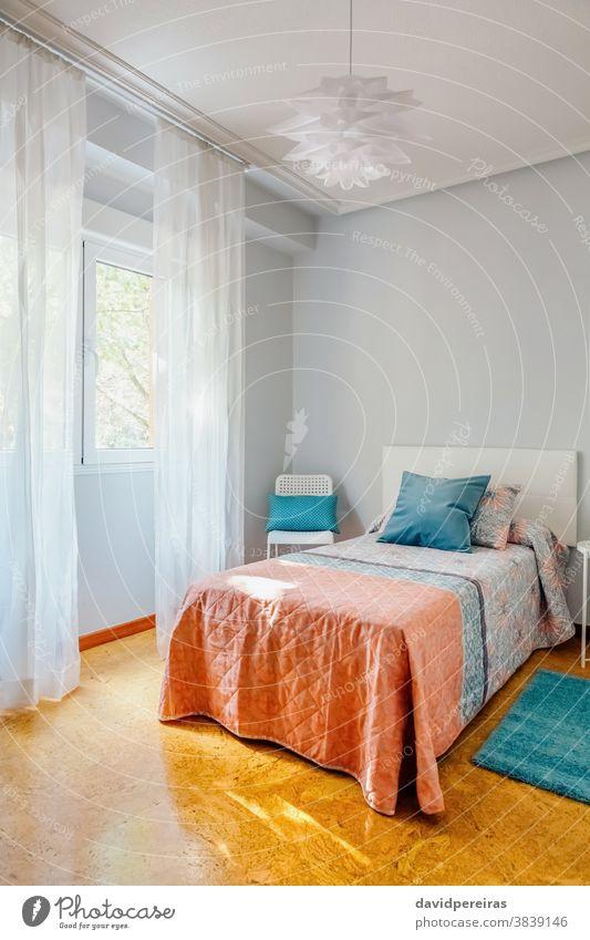 Mit Steppdecke und Vorhängen dekoriertes Schlafzimmer Kostengünstige Dekoration Heiminszenierung Unterkunft Inneneinrichtung Design-Lampe Einzelzimmer Kissen