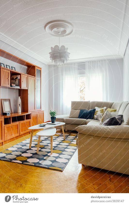 Interieur eines Wohnzimmers mit Ecksofa deco geometrischer Teppich Kostengünstige Dekoration Innenarchitektur Heiminszenierung niemand leer Raum dekoriert Haus