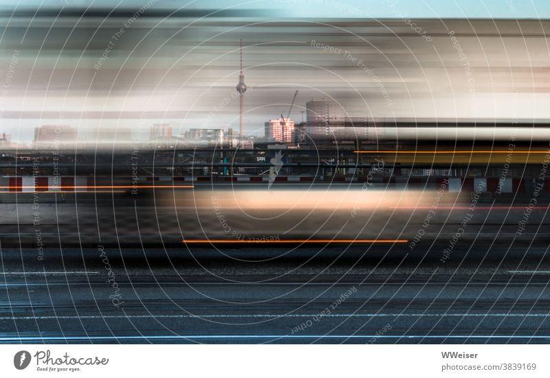 Morgendliche rush hour auf der Warschauer Brücke Warschauer Straße Morgenlicht früh Sonnenaufgang Verkehr schnell Bewegung Dynamik Unschärfe Fernsehturm