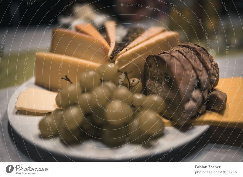 Leckere Brotzeit Veranstaltung Trauben Brotlaib Käse Hartkäse Essen Nachtisch Baguette lecker