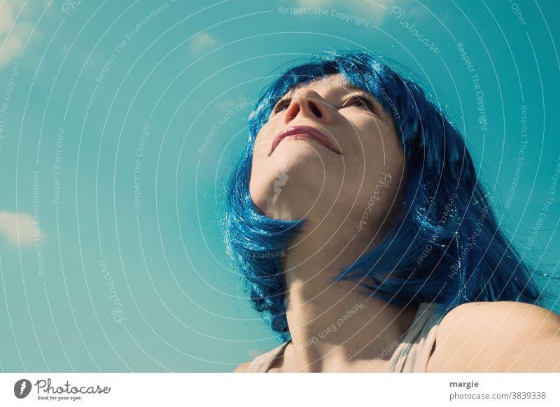 1000:  Frau mit blauen Haaren schaut erwartungsvoll in den blauen Himmel! Was wird die Zukunft bringen? Porträt Junge Frau Gesicht genießen Mensch Sommerurlaub