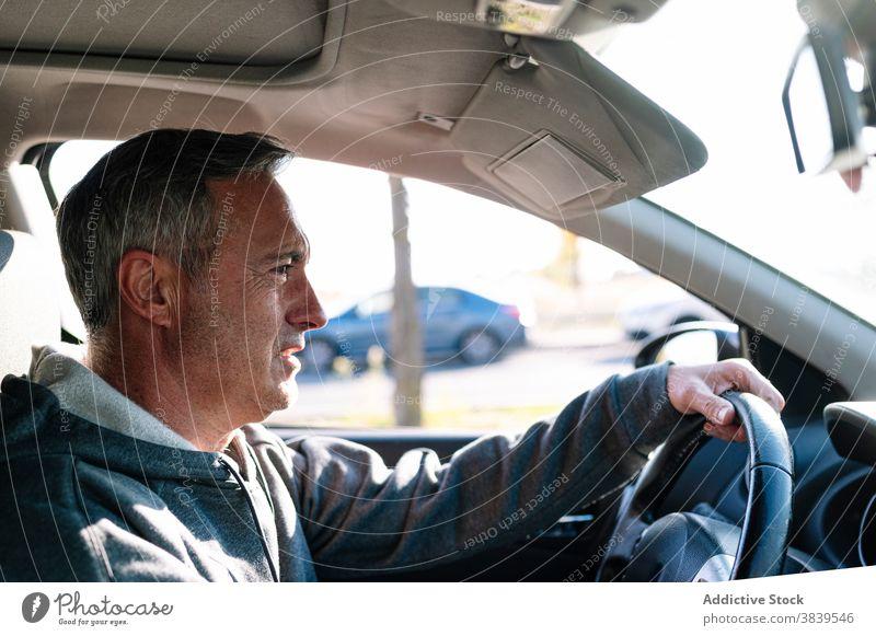 Senior im Ruhestand Mann fährt Auto PKW Lenkrad fahren Pilot Verkehr Gesundheit Sehvermögen Reflexe in den Ruhestand getreten 60 Reise Person horizontal