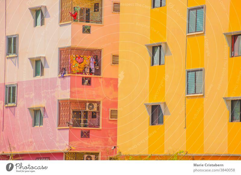Nahaufnahme von allgemeinen Wohngebäuden mit hellen, farbigen Wänden in Bangkok City Anime-Blick Farbenfrohe Gebäude Mehrfamilienhäuser urban Wohngebiet