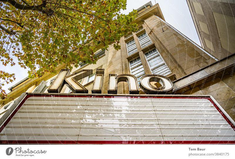 Kino kein Film auf dem Hinweisschild in der Großstadt während des Lockdown Kinoplakat Filmindustrie Freizeit & Hobby Kultur Farbfoto Coronavirus Korona-Krise