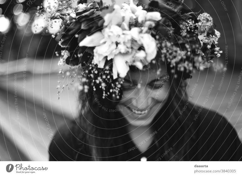 Anna glücklich Porträt Außenaufnahme Schwarzweißfoto Gefühle wild Wärme positiv niedlich Kitsch kuschlig heiß Fröhlichkeit Freundlichkeit brünett Blumendruck