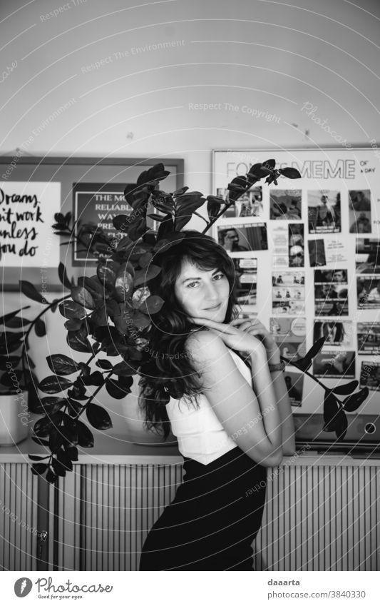 Büro Annat Porträt Innenaufnahme Schwarzweißfoto Diva Tagträumer Ehrlichkeit Güte Leidenschaft Stimmung Gefühle positiv niedlich schön Freundlichkeit feminin