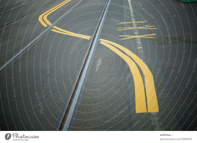 grafisch | analphabet mit linksdrall gelb Straße grau Linie Verkehr Zeichen Asphalt Gleise Verkehrswege Mobilität Kurve Straßenverkehr Fahrbahnmarkierung
