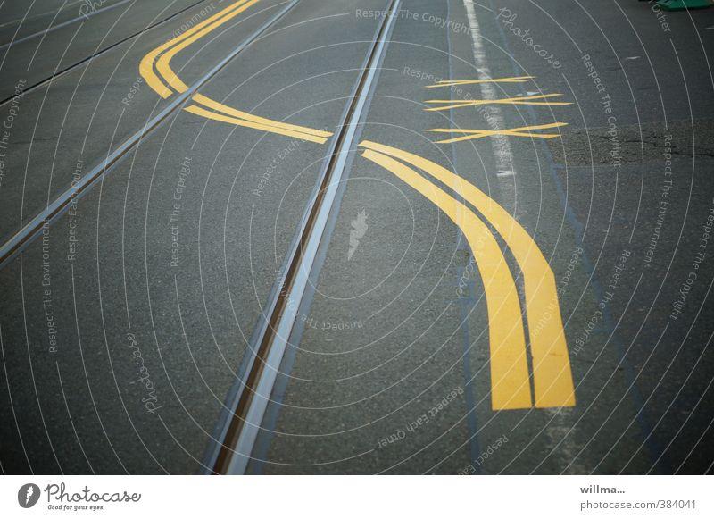 Spurwechsel. Markierung über Gleise auf der Fahrbahn, Verkehrsführung Verkehrswege Straßenverkehr Fahrbahnmarkierung Schienenverkehr Zeichen gelb grau Mobilität