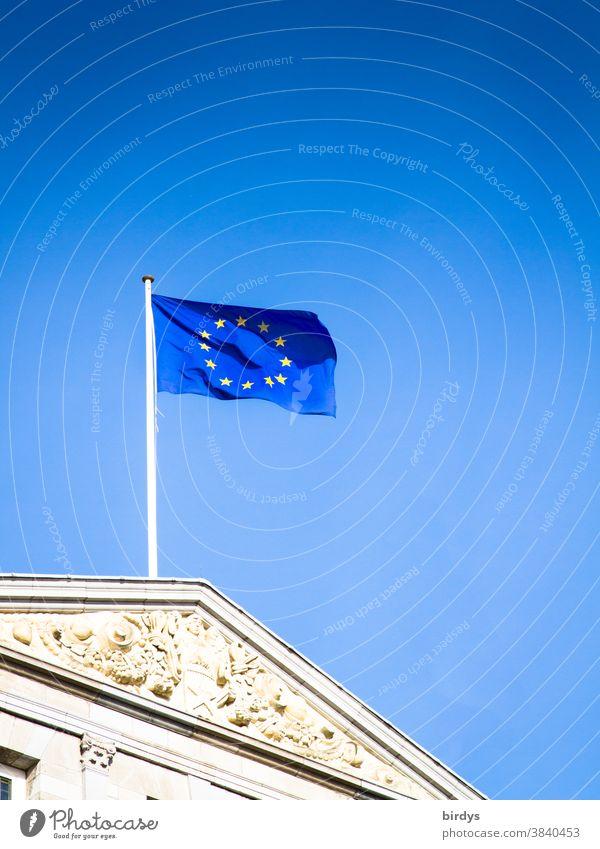 Europaflagge , Fahne der europäischen union weht im Wind vor strahlend blauem Himmel EU Europafahne Politik & Staat Europäische Union historisches Gebäude