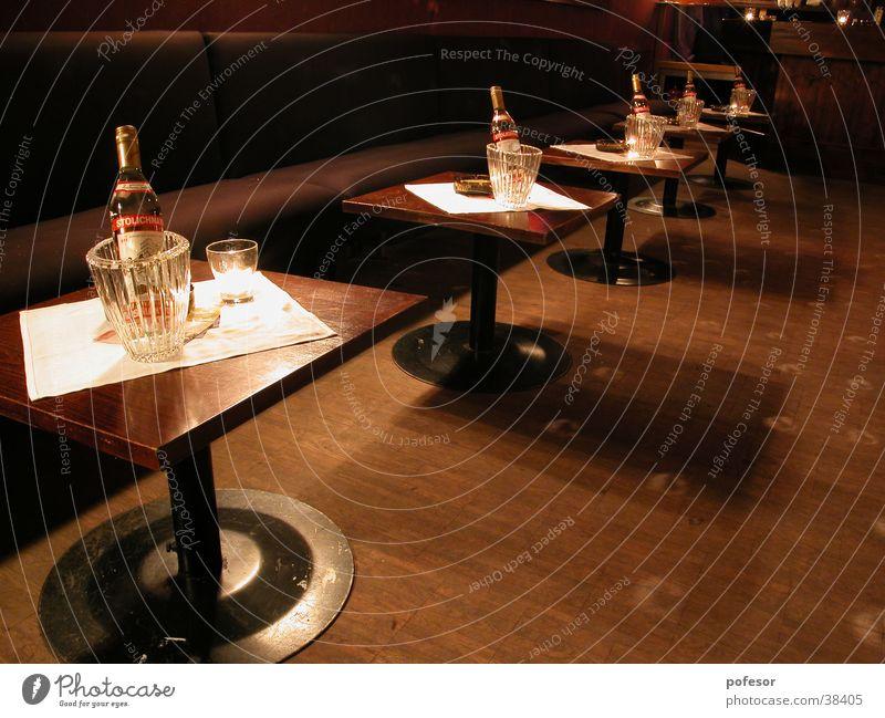 sit down and enjoy Vodka Tisch Bar Club Alkohol Stolichnaya Eis