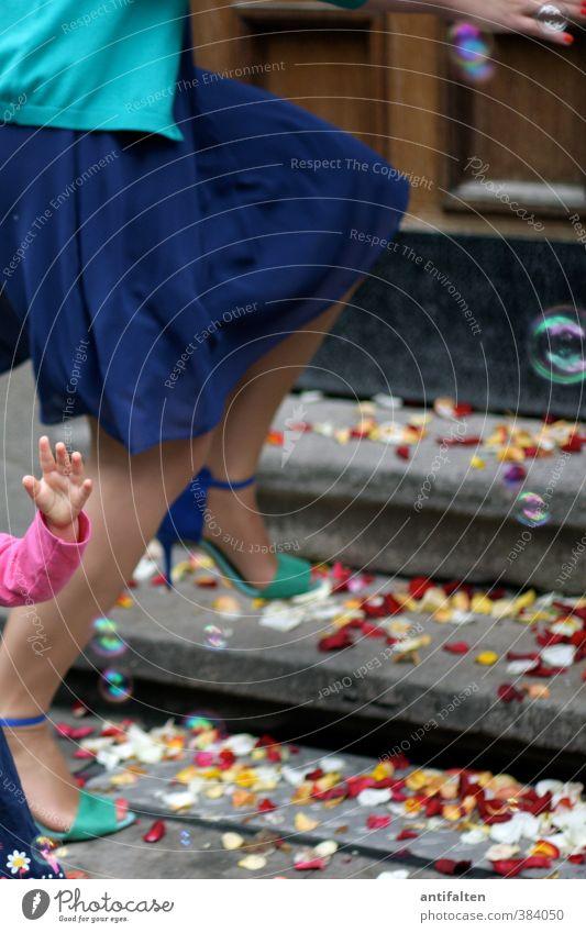 Auf'm Sprung Mensch Frau Jugendliche blau schön Hand Mädchen Erwachsene 18-30 Jahre feminin Stein Beine außergewöhnlich Fuß rosa Körper