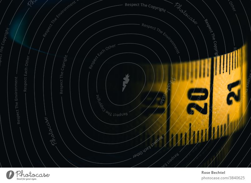Maßband mit den Zahlen 19 und 20 sowie 21 Ziffern & Zahlen bandmaß messen Genauigkeit Messinstrument Präzision Innenaufnahme Detailaufnahme Farbfoto Nahaufnahme