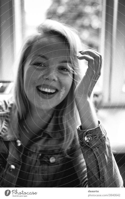 Kristine Sommersprossen Königin lachend Porträt Tag Innenaufnahme Güte Wahrheit Schwarzweißfoto friedlich Lebensfreude Stimmung Freundlichkeit Glück niedlich