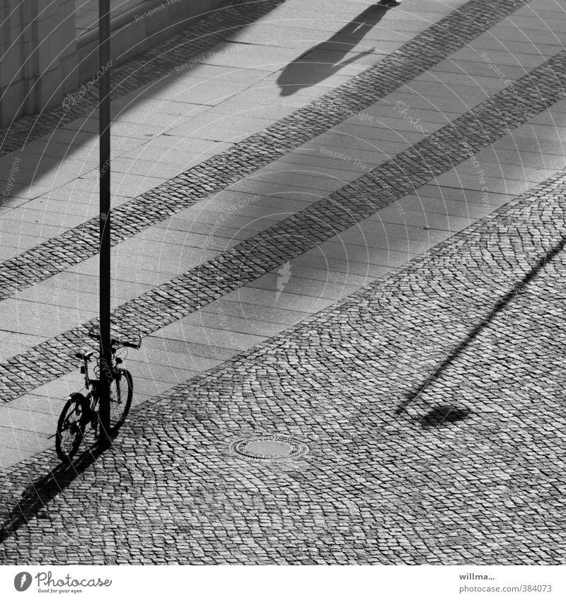 verrückte geschichten. Stadt Platz Architektur Fahrrad Laternenpfahl Partnerschaft Schatten Schattenspiel Schwarzweißfoto Außenaufnahme