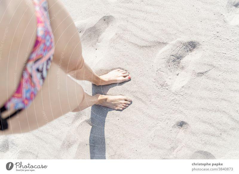 Weibliche Füße im Sand fuesse weiblich Frau Strand Sommer Fuß Beine Barfuß Meer Ferien & Urlaub & Reisen Zehen Erholung Außenaufnahme Mensch Sandstrand Bikini