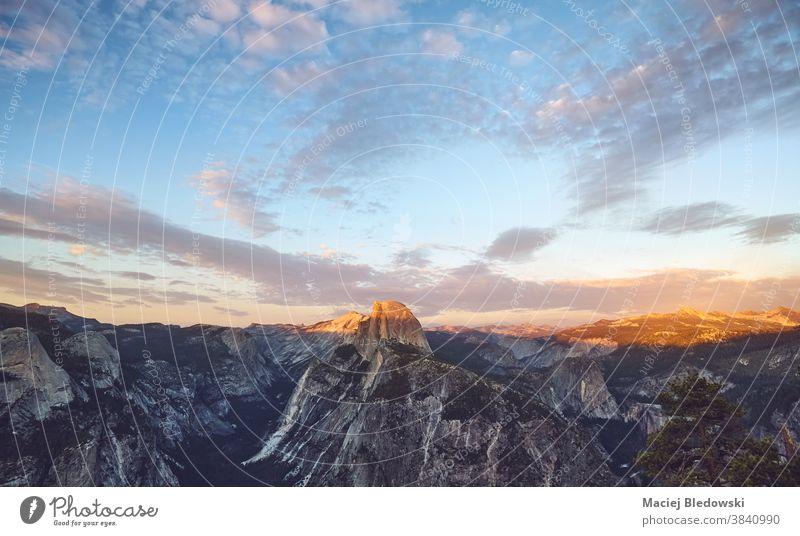 Malerischer Sonnenuntergang über dem Half Dome, Yosemite National Park, USA. yosemite Halbkuppel Landschaft Felsen Natur Kalifornien Berge u. Gebirge amerika