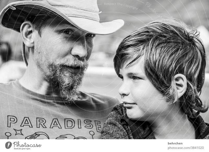 boys in paradise Nahaufnahme Sonnenlicht Gesicht Glück Detailaufnahme Licht Porträt Junge Kind Bart Warmherzigkeit Geborgenheit Vertrauen Tag Sohn Zuneigung