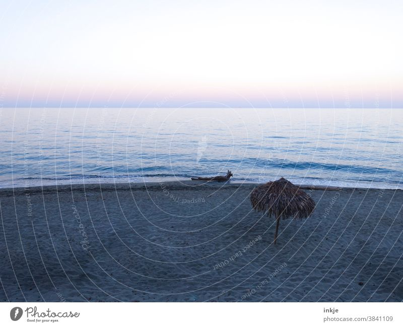 Abends am Mittelmeer zur Nebensaison Farbfoto Außenaufnahme Menschenleer Abenddämmerung Meer Dämmerung Horizont Stille Stimmung Blau lila Sonnenuntergang