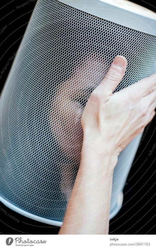 Frauenportrait mit Papierkorb überm Kopf und Hand an der Stirn Farbfoto Innenaufnahme Nahaufnahme Portrait 1 Schwache Tiefenschärfe blass Geste Langhaarig