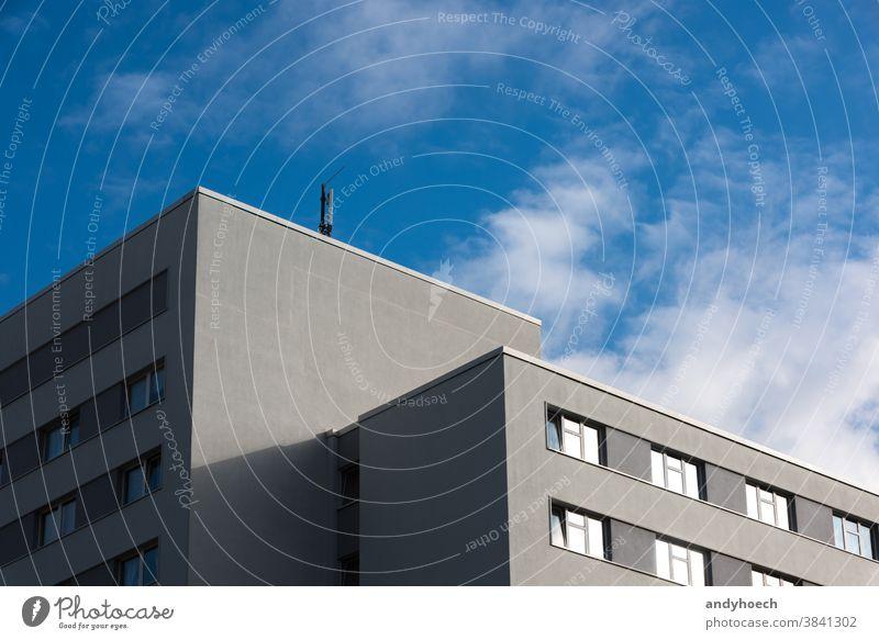 Eine Antenne auf einem minimalistischen grauen Gebäude 4G 5g Architektur Business Zement Großstadt wirtschaftlich Mitteilung Beton Anschluss Textfreiraum Design