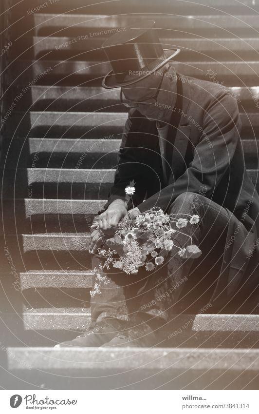 Antrag auf Versetzung Bräutigam traurig Enttäuschung Zylinder Gehrock Blumenstrauß sitzen Treppe Brillenträger allein warten Mann Einsamkeit versetzt heiraten