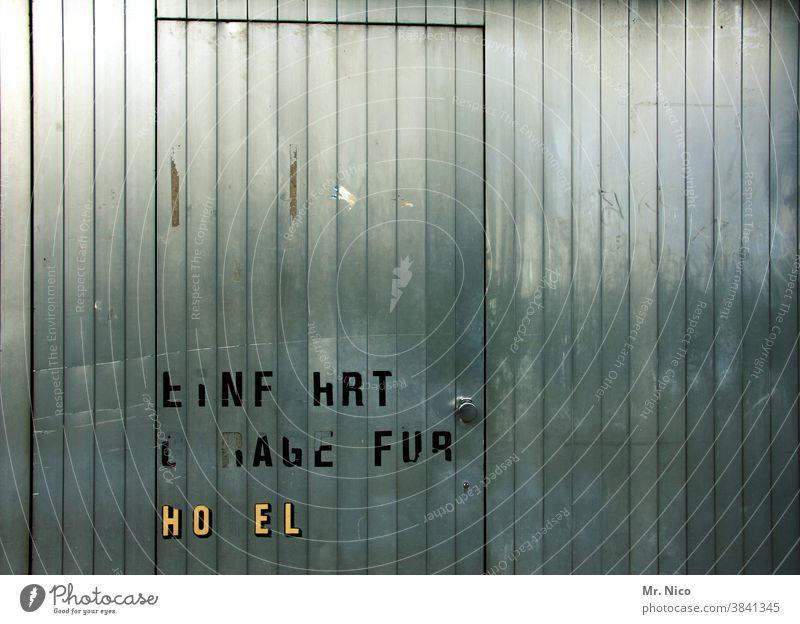 Buchstabensalat Tor Tür Schilder & Markierungen Schriftzeichen Hinweis Garagentor Rechtschreibung Einfahrt Ausfahrt garageneinfahrt Garagentore Hotel freihalten