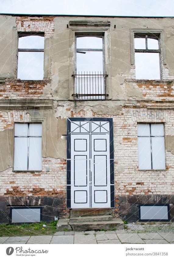 Verlassenes Haus aufgehübscht Fassade lost places Stadthaus Endzeitstimmung Zahn der Zeit Frankfurt Oder Vergänglichkeit Wandel & Veränderung Architektur Ruine