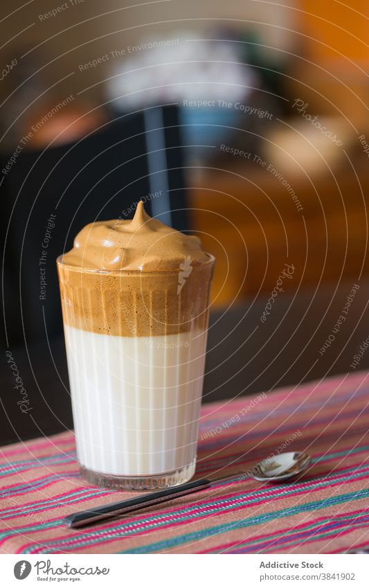 Dalgona Kaffee im Glas auf dem Tisch dalgona kalt Erfrischung Getränk trinken cool Bierschaum schäumen Aroma dunkel Raum sofort melken Tradition aromatisch