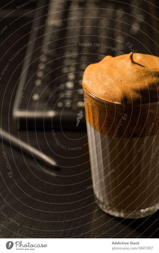 Dalgona Kaffee im Glas auf Holztisch dalgona kalt Erfrischung Getränk trinken cool Bierschaum schäumen Aroma dunkel Raum sofort melken Tradition Tisch