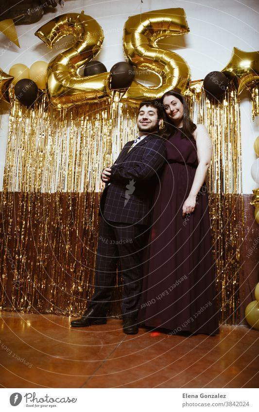 Ehepaar, das Weihnachten oder Silvester feiert. Partyzeit. Frohe Weihnachten Neujahr Paar Frauen Männer Aufregung Zusammensein Nachtleben Mitternacht Tanzen