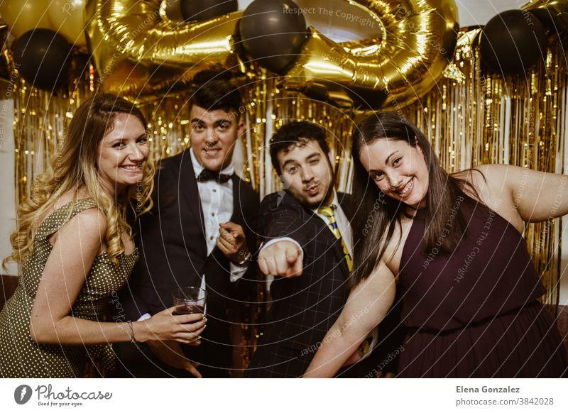 Gruppe der besten Freunde, die Weihnachten oder Silvester feiern. Konzept der Partyzeit Frohe Weihnachten Neujahr Freundschaft Frauen Männer Mädchen