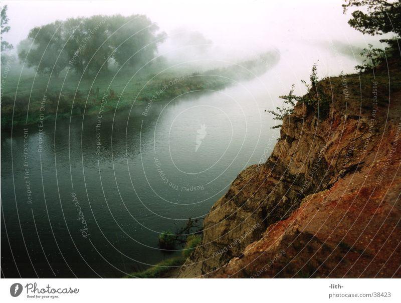 rotes Ufer Nebel Fluss Berghang Klippe