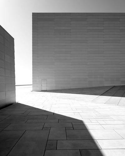 Struktur in schwarzweiß Wand Architektur Mauer Gebäude hell Kunst Fassade Europa Coolness Sauberkeit Kultur Bauwerk Wahrzeichen Terrasse Sehenswürdigkeit