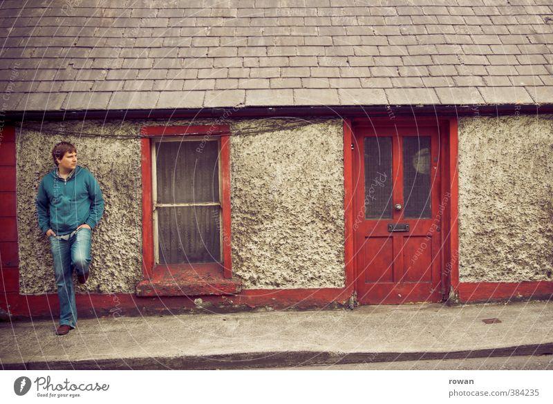 warten Mensch maskulin Junger Mann Jugendliche Erwachsene 1 Dorf Kleinstadt Stadt Haus Einfamilienhaus Bauwerk Gebäude Fassade Fenster Tür alt dreckig dunkel