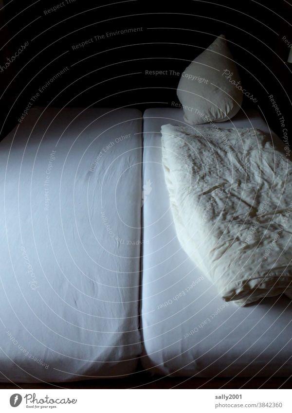 Einsamkeit im Einzelzimmer... Bett Hotel Pension Schlafzimmer Kopfkissen Bettwäsche Kissen Bettdecke Decke ruhig weiß Bettlaken Menschenleer Falte einsam trist