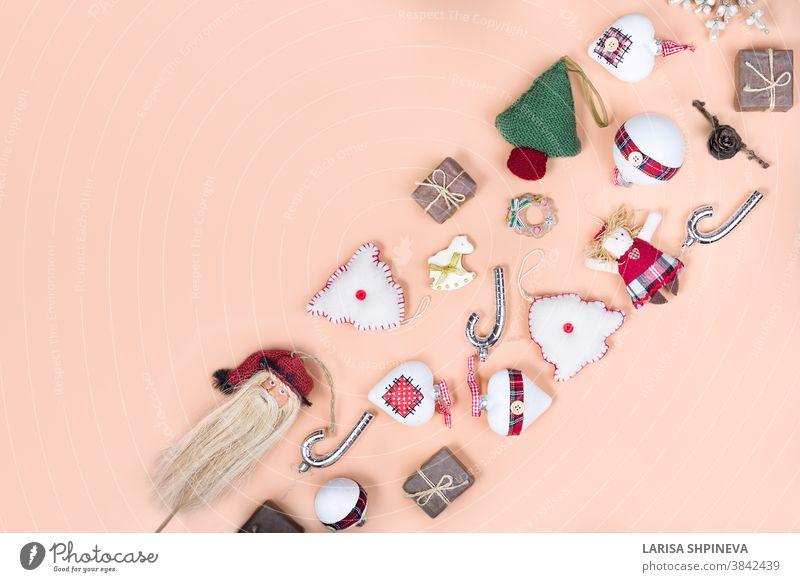 Gestrickter Weihnachtsbaum, Neujahrskugeln, Weihnachtssocken, Schneeflocken auf hellem Hintergrund in minimalem Stil. Dekorativer Weihnachtsschmuck, Neujahrs- und Winterkonzept mit Kopierraum.