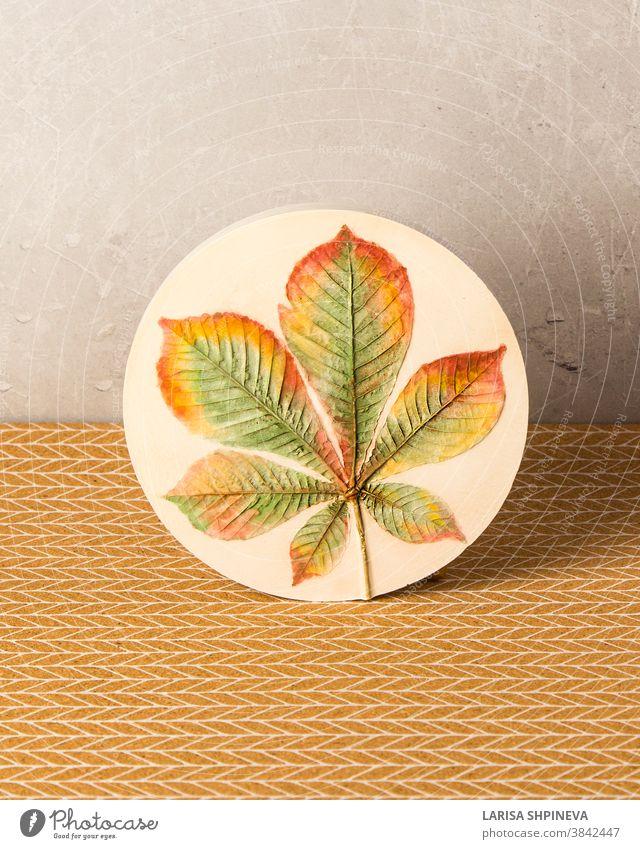 Botanisches Basrelief Kastanienblatt für Wandkunst. 3D-Blumenputz-Dekor. Stilvolle und moderne Einrichtung des Raumes. Rahmen Pflanze heimwärts Bild 3d Tisch