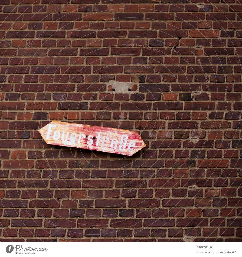 feuerstraße. rot Haus Wand Straße Wege & Pfade Mauer Gebäude Holz Stein Linie Fassade Schilder & Markierungen Schriftzeichen Hinweisschild Sicherheit Schutz
