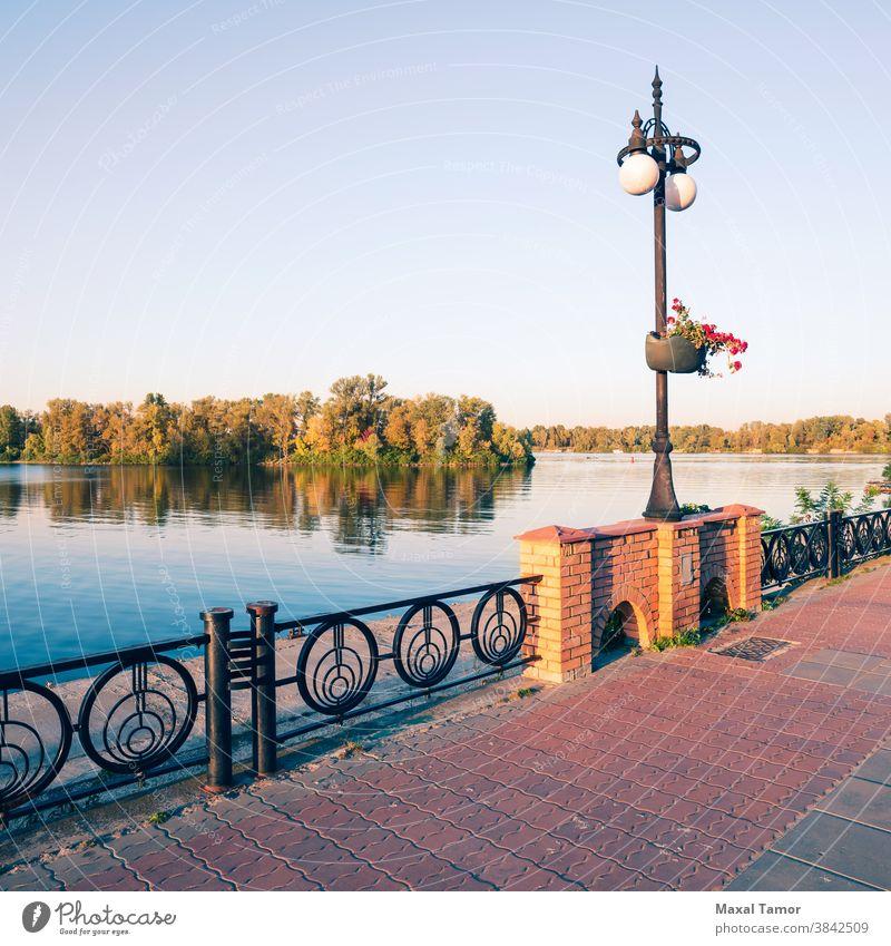 Promenade entlang des Dnjepr Kiew kyiv Obolon Ukraine Nachmittag Architektur Herbst blau Windstille Großstadt Stadtbild Tag fallen grün See Landschaft Natur