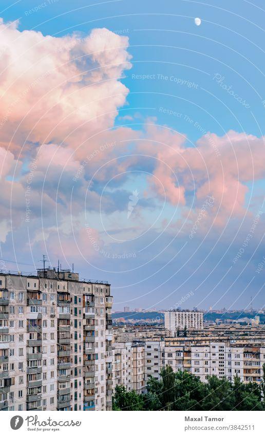 Hohe Gebäude im Bezirk Obolon in Kiew Europa kyiv Minska Ukraine Architektur blau Kapital Großstadt Stadtbild Wolken Tag Revier Abend Außenseite Gehäuse Lampe