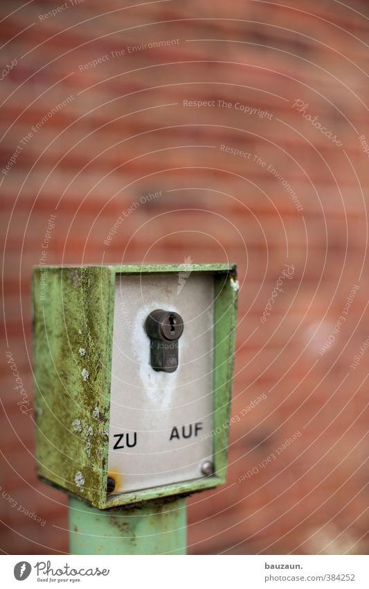 zu oder auf. grün rot Bewegung Gebäude Stein Metall Schilder & Markierungen Schriftzeichen Hinweisschild Industrie Baustelle Güterverkehr & Logistik Fabrik
