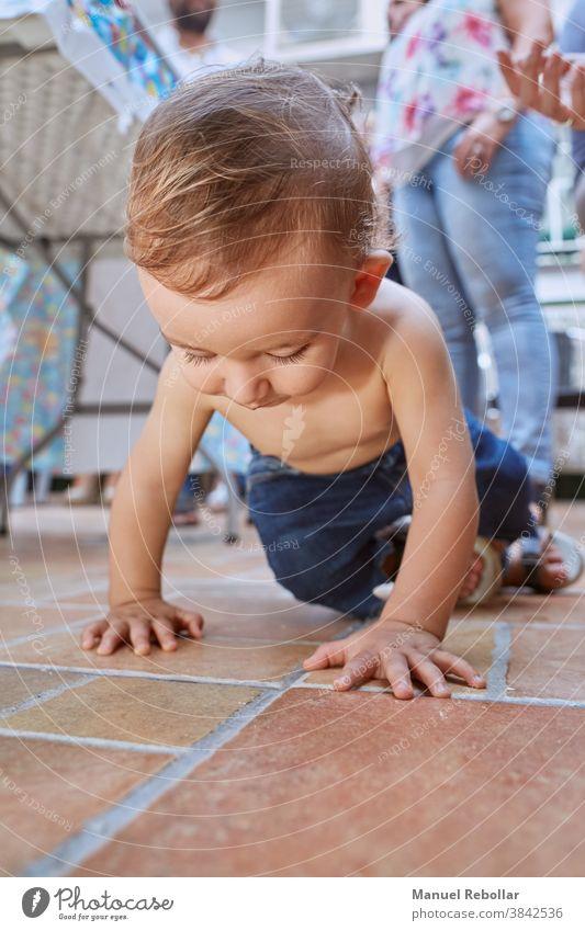 Foto eines krabbelnden Babys Kind Glück niedlich Kindheit Kleinkind Junge bezaubernd wenig kriechend schön Pflege Lächeln Kaukasier Säugling Gesundheit Person