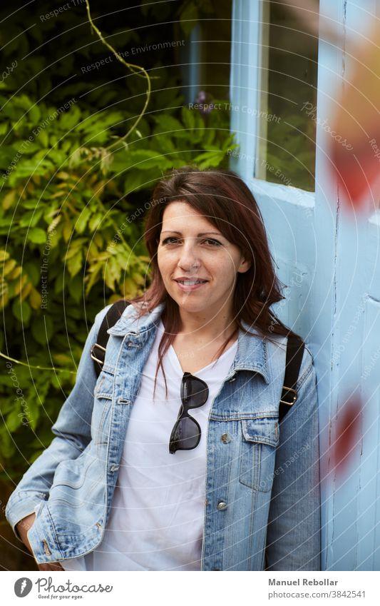 Foto einer Frau auf der Straße jung Großstadt Menschen Mädchen Lifestyle lässig Porträt schön Mode Person urban Glück Dame Stil trendy attraktiv Kaukasier