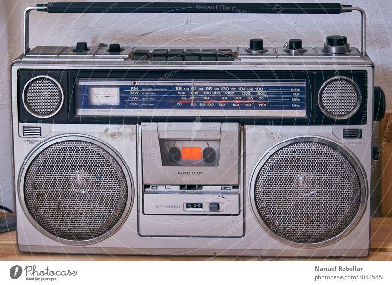 Foto eines alten Radios Klang Musik altehrwürdig retro Stil Ausstrahlung Objekt Antiquität Redner Nostalgie klassisch Technik & Technologie Musical winken Audio