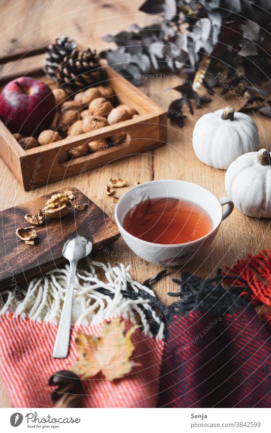 Eine Tasse Tee auf einem herbstlich gedeckten Tisch Heißgetränk Stillleben Wolldecke Hygge Erholung Herbst Menschenleer Getränk Winter Morgen Wochenende