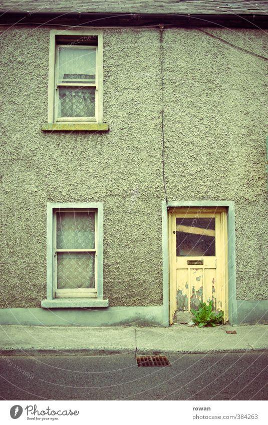 Chapelizod 3 Kleinstadt Stadt Menschenleer Haus Einfamilienhaus Hütte Bauwerk Gebäude Architektur Mauer Wand Fassade Fenster Tür Dachrinne Straße alt dunkel